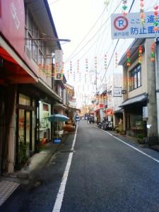 昭和の面影を色濃く残す「しおまち商店街」のたたずまい。コロッケの旨さとこの雰囲気は相乗効果になっているのでは?